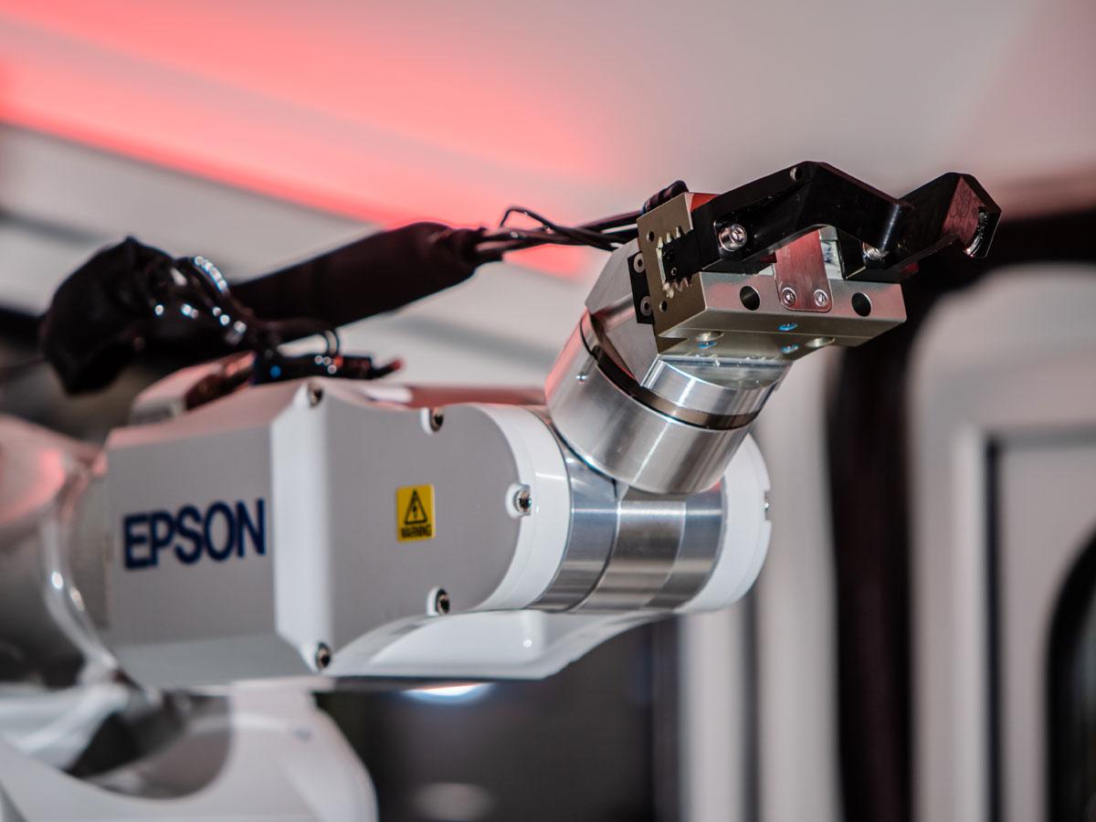 Robotbesturing voor producent contactlenzen